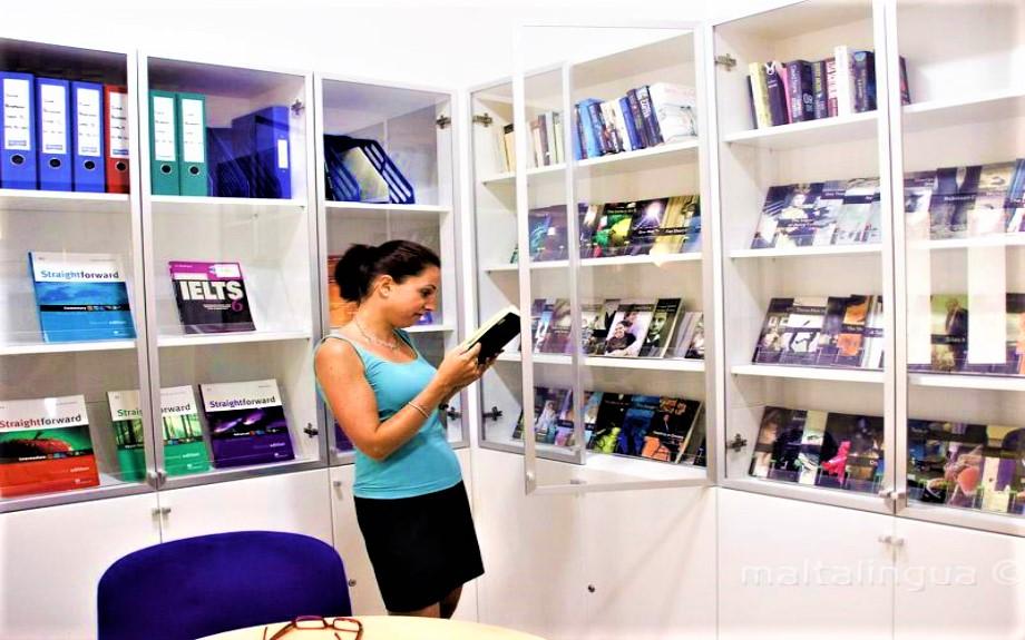 図書コーナーで本を読むMalta Linguaの生徒