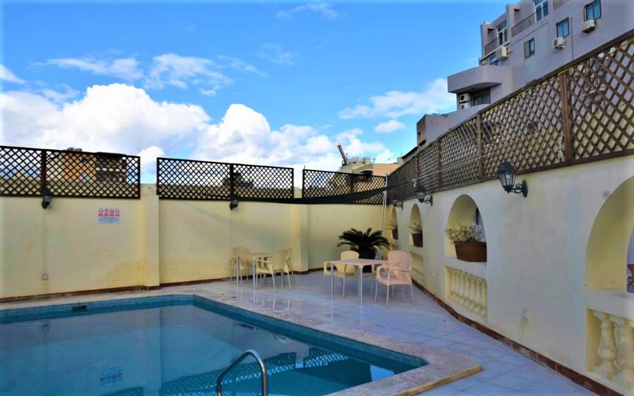 Malta Linguaの屋上プール