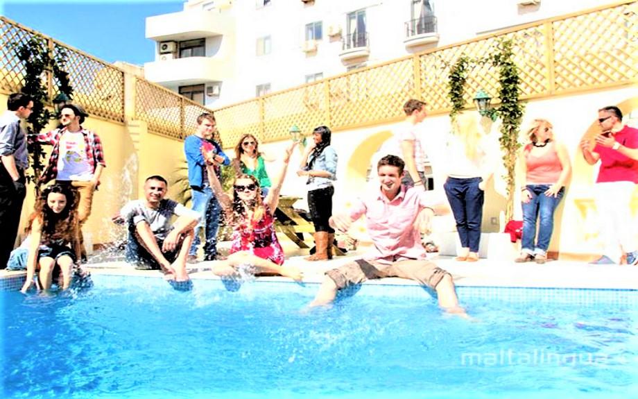 屋上プールで遊ぶMalta Linguaの生徒達
