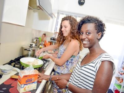 ホストファミリーと料理をする生徒