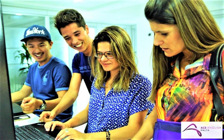 マルタの語学学校ACEにて共有パソコンを使用する生徒達