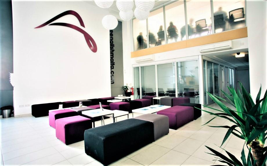 マルタの語学学校ACEの学生用ラウンジにあるソファ
