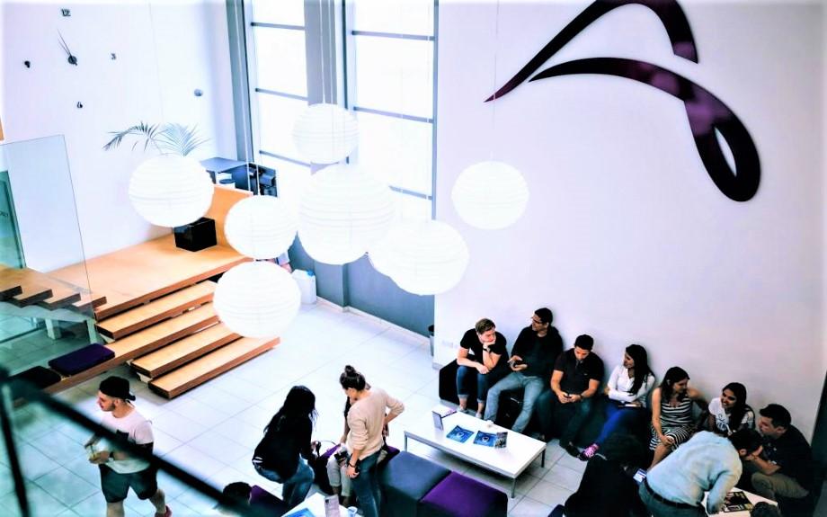 マルタの語学学校ACEの学生用ラウンジにて寛ぐ生徒達