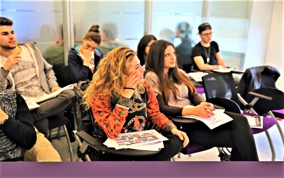 マルタの語学学校ACEのグループレッスンを受講する10代の生徒達