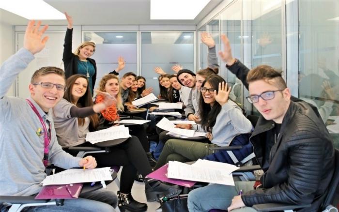 マルタの語学学校ACEのグループレッスンにてスピーキングの練習をする10代の生徒達