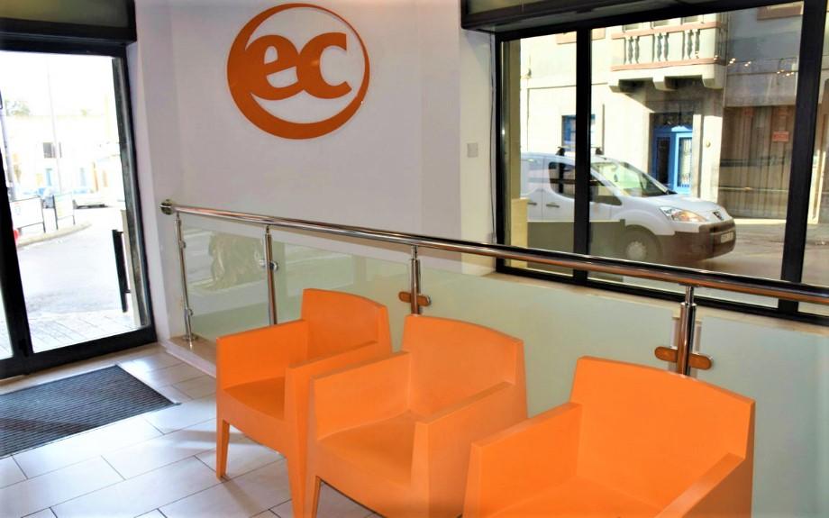 EC Maltaの受付前のベンチ