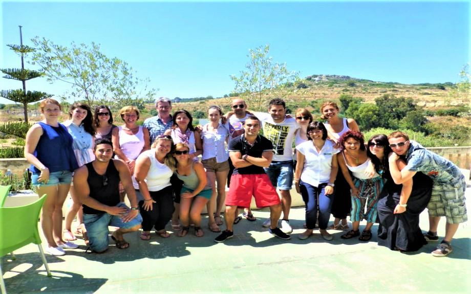 屋上に集合したGV Maltaの生徒達