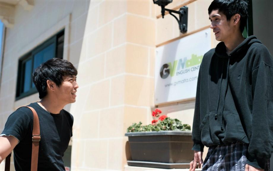GV Maltaの入り口で談笑する学生2人