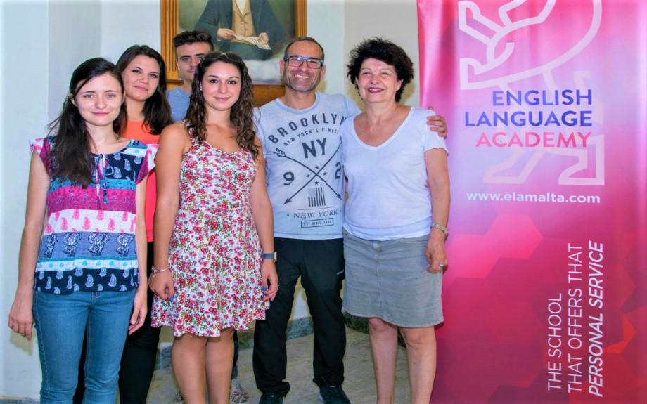 マルタの人気語学学校English Language Academyの入り口前に並ぶ教師陣
