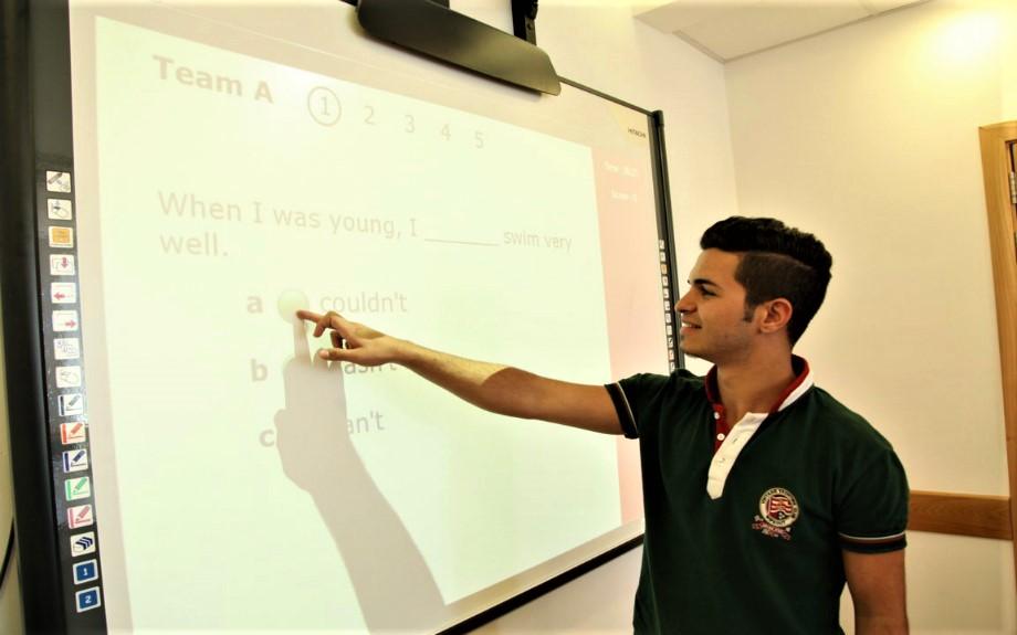 マルタの人気語学学校linguatimeの電子ホワイトボードを使用したレッスン風景
