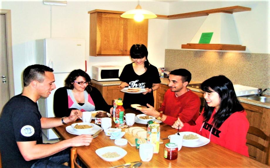 マルタの人気語学学校linguatimeの学生用シェアアパートメント内ダイニングルームで食事を取る生徒達