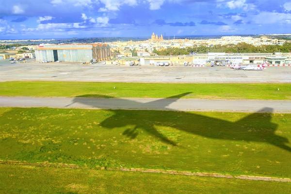 マルタ国際空港からの出発シーン