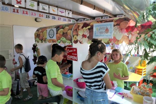 GV Malta校Kids Programmeにおけるお買い物アクティビティの様子