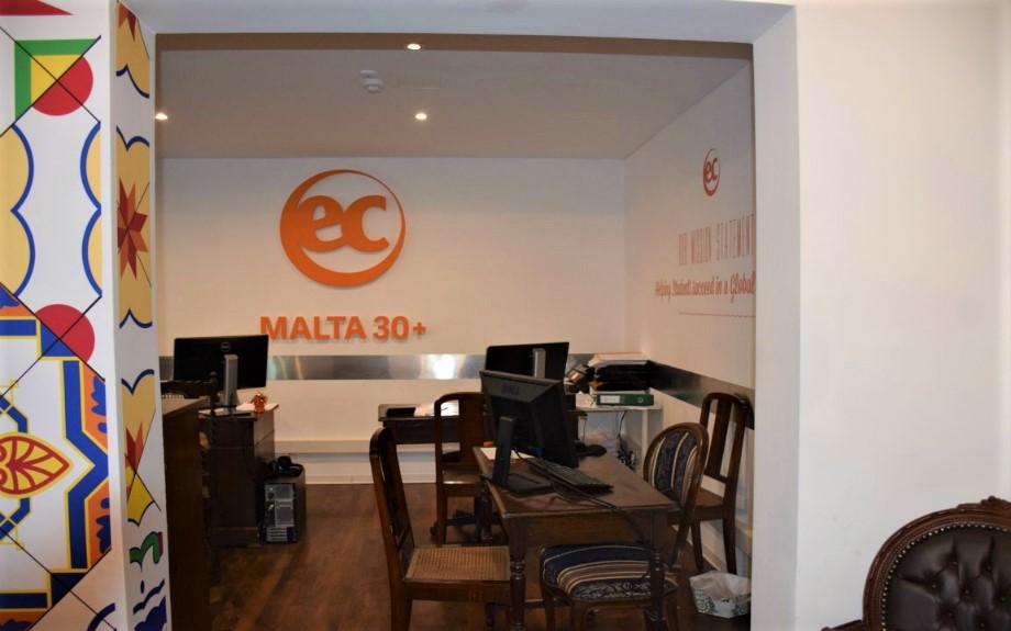 マルタの人気大規模語学学校EC Maltaの30歳以上の生徒用校舎内スタッフルーム