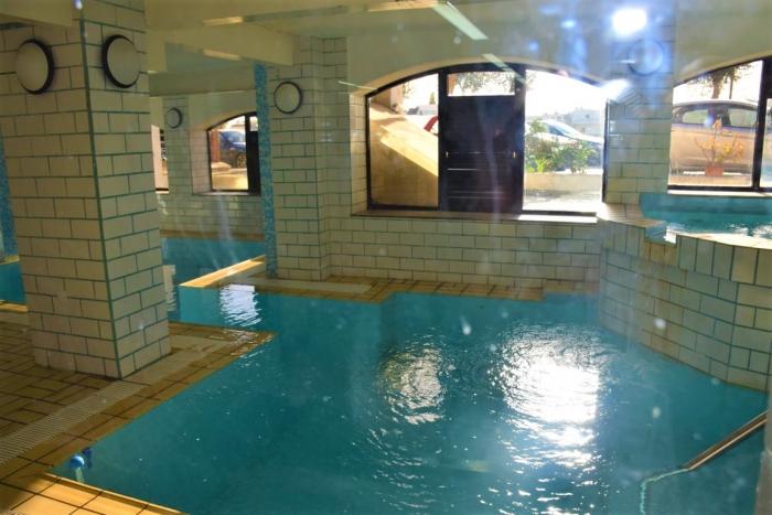マルタの寮・ジム一体型語学学校Clubclass Maltaの屋内プール