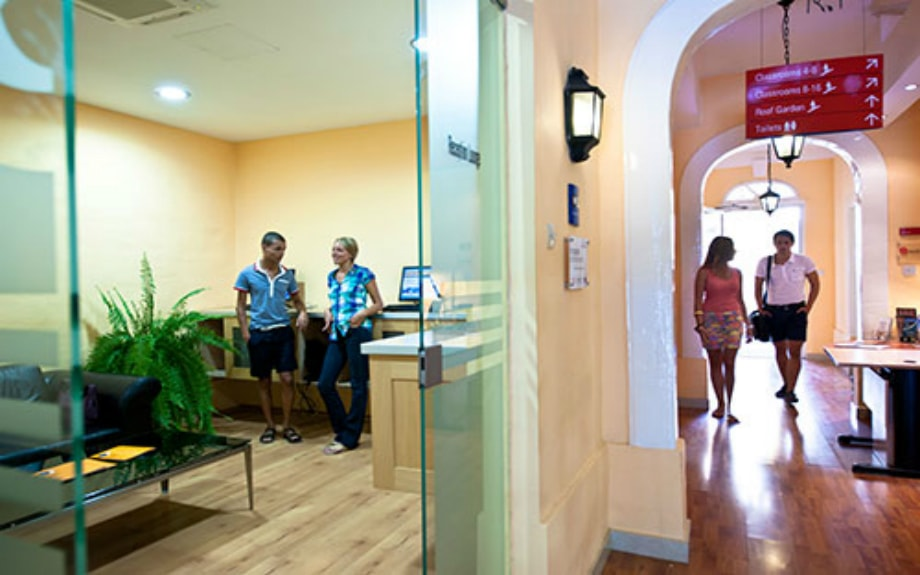 マルタの人気語学学校AM Language Studioの入り口