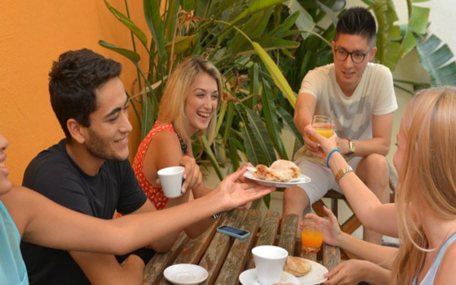 マルタの人気語学学校AM Language Studioの屋上テラスで休憩時間を過ごす生徒達