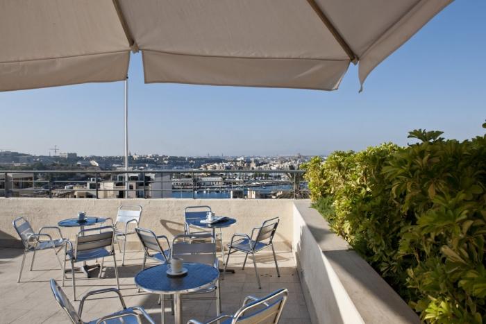 マルタの人気語学学校AM Language Studioの屋上の様子