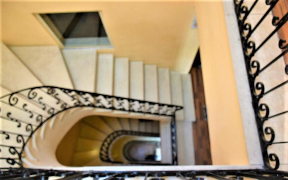 マルタの人気語学学校AM Language Studioの校舎内階段