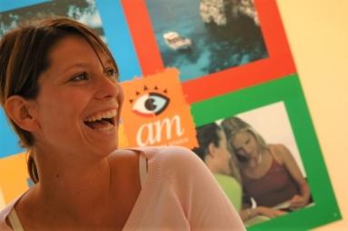 マルタの人気語学学校am Language Studioの生徒とロゴ