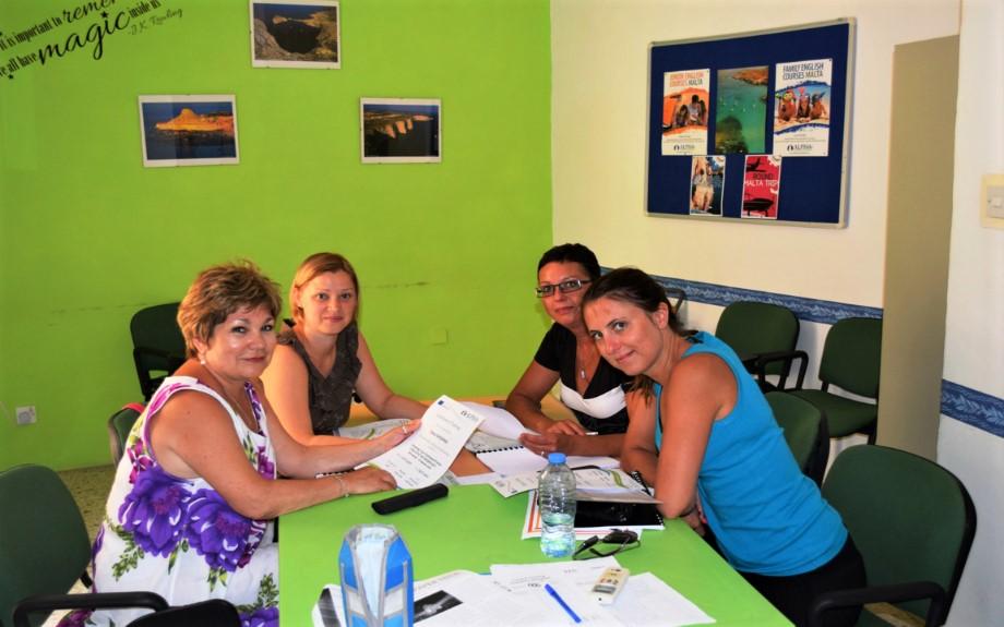 マルタ北東部の人気語学学校Alpha School of Englishの休憩時間中の生徒達