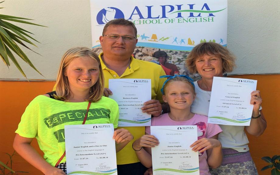 マルタ北東部の人気語学学校Alpha School of Englishコース修了証書を持つ生徒達