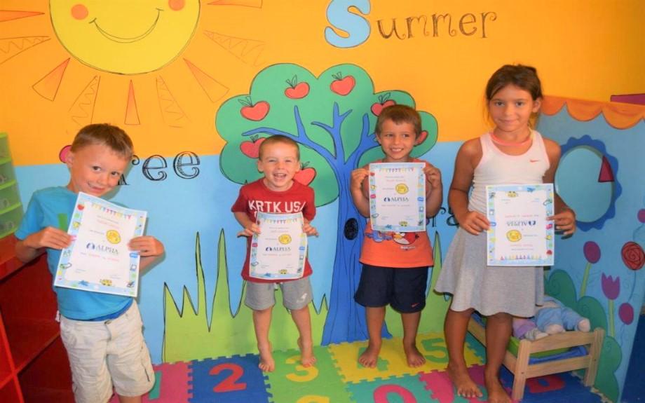 マルタ北東部の人気語学学校Alpha School of Englishのコース修了証書を持つPlayschoolコースの生徒達