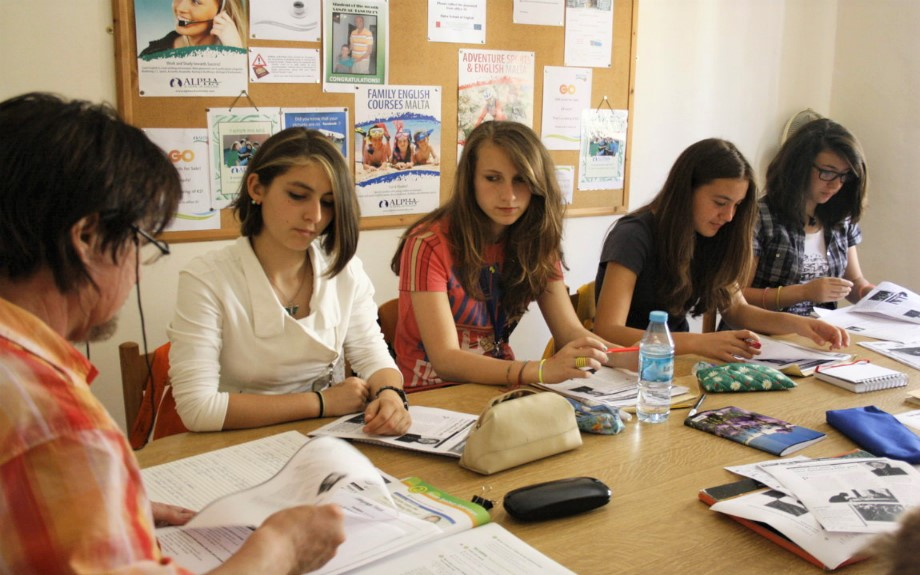 マルタ北東部の人気語学学校Alpha School of EnglishのTeen English20コースのクラス風景