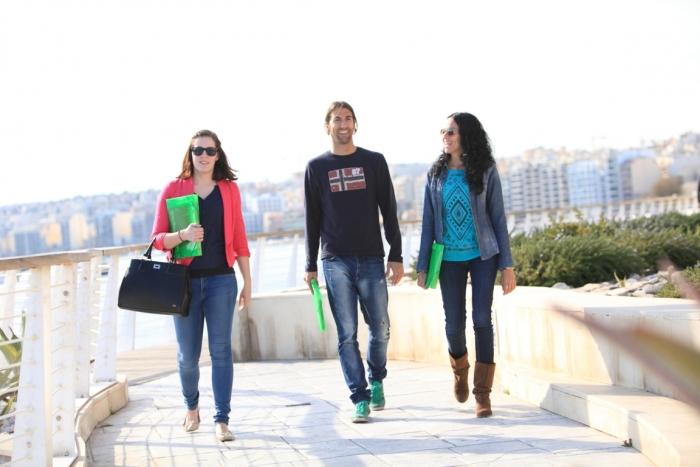 マルタ留学の人気語学学校Chamber College校の通学途中の生徒達