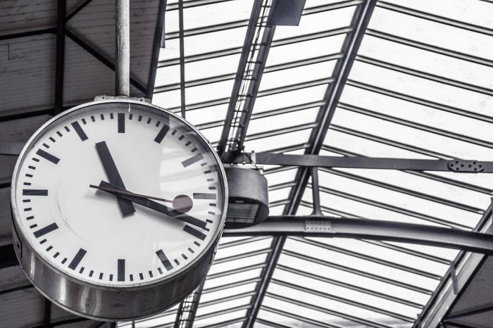 マルタ留学の航空券の時間確認用時計