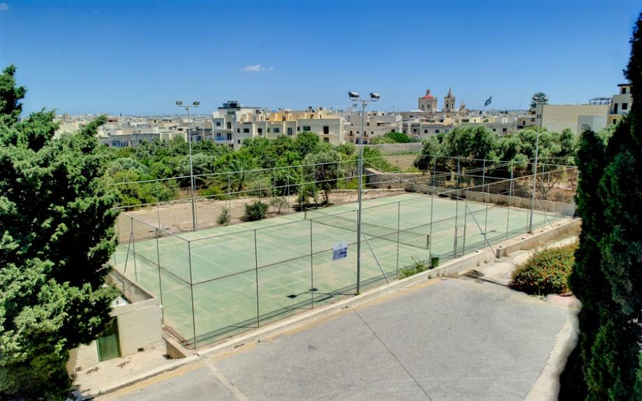 マルタ大学付属語学学校Malta University Language Schoolのテニスコート