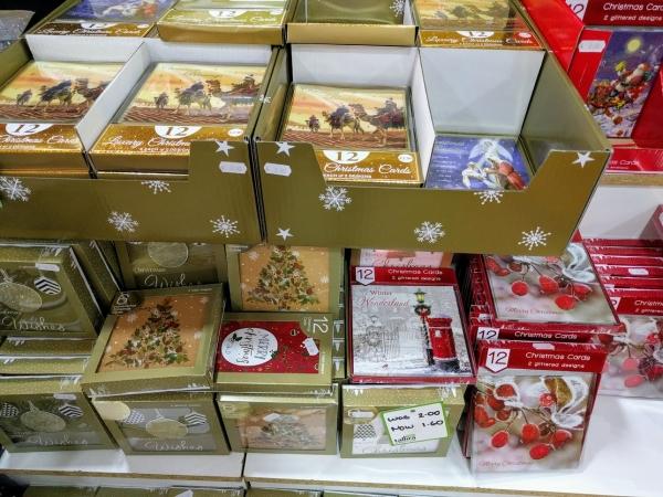 マルタ留学中に便利で使えるお店talliraの様子(ゴールドクリスマスカード類)
