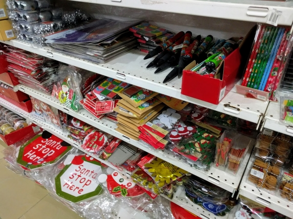 マルタ留学中に便利で使えるお店talliraの様子(クリスマスグッズ類)