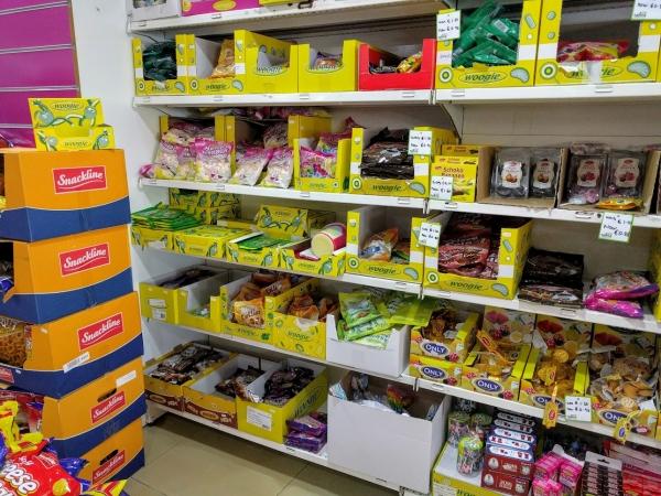 マルタ留学中に便利で使えるお店talliraの様子(お菓子類)