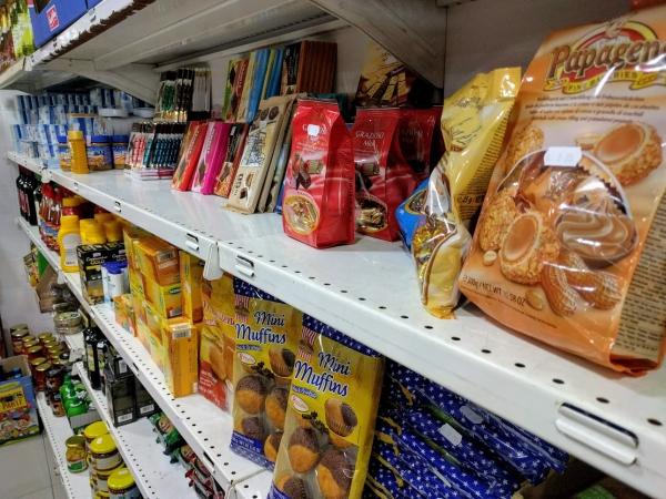 マルタ留学中に便利で使えるお店talliraの様子(お菓子コーナー)