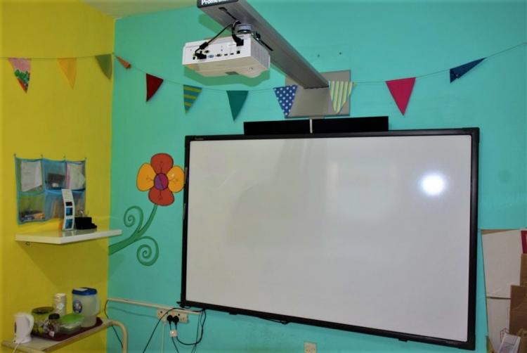マルタ親子留学のパイオニアAlpha School of English内のKid's Club用教室に設置されている電子黒板