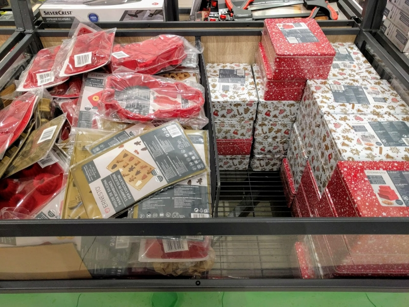 マルタ留学のクリスマス時期のスーパーマーケットで販売されているクッキー型とクッキーボックス
