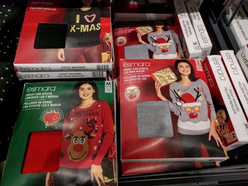 マルタ留学のクリスマス時期のスーパーマーケットで販売されている女性用クリスマスセーター