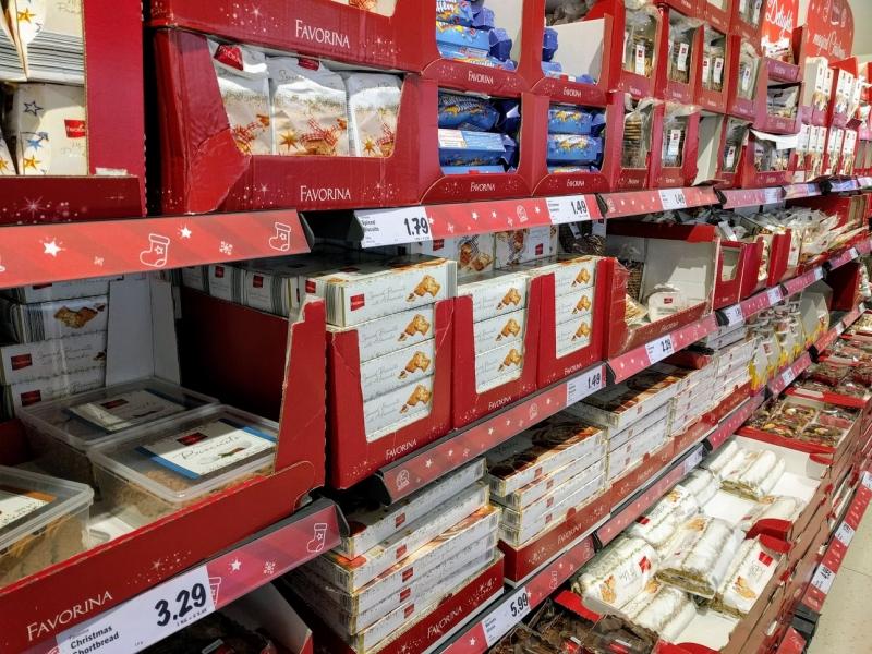 マルタ留学のクリスマス時期のスーパーマーケット内クリスマス限定お菓子コーナー