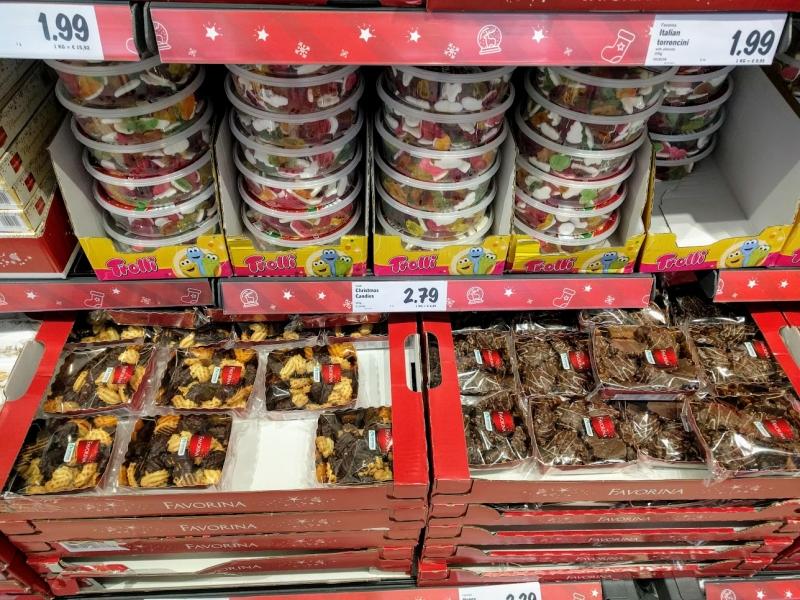 マルタ留学のクリスマス時期のスーパーマーケットで販売されているクリスマスキャンディーとチョコレートビスケット
