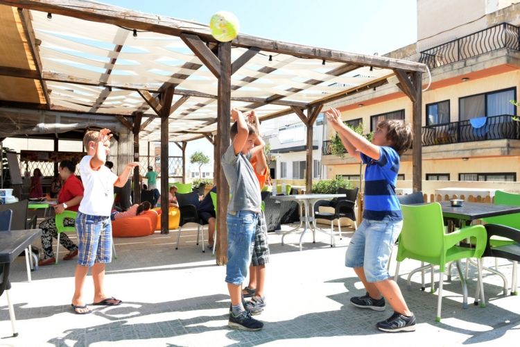 マルタ親子留学人気校GV Maltaの休憩時間中のジュニア生徒達2