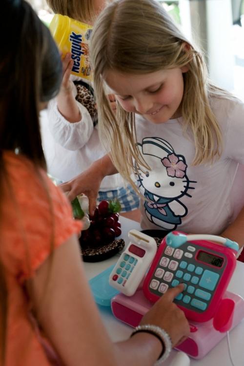 マルタ親子留学人気校GV Maltaのジュニア生徒用お買い物アクティビティ
