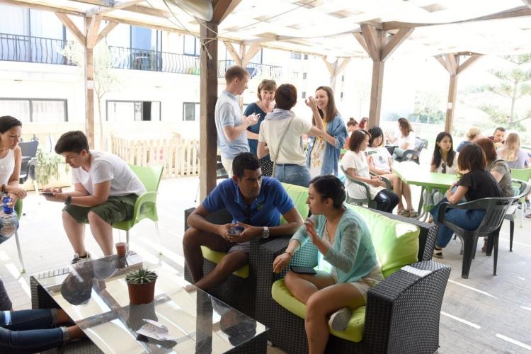 マルタ親子留学人気校GV Maltaの屋上テラスでレッスン後におしゃべりを楽しむ生徒達の様子