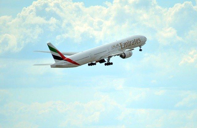 マルタ留学-コロナウィルスにより運行ルートを縮小しているエミレーツ航空の飛行機