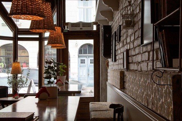 コロナウィルスの自粛規制緩和により営業再開するカフェの様子