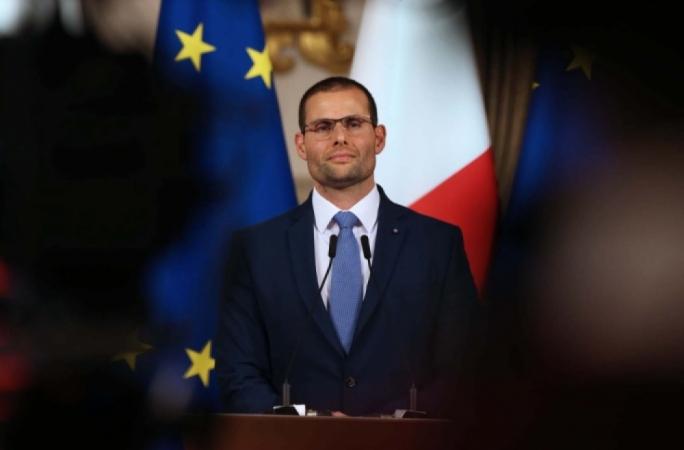 コロナウィルスの自粛規制緩和を発表するマルタの首相