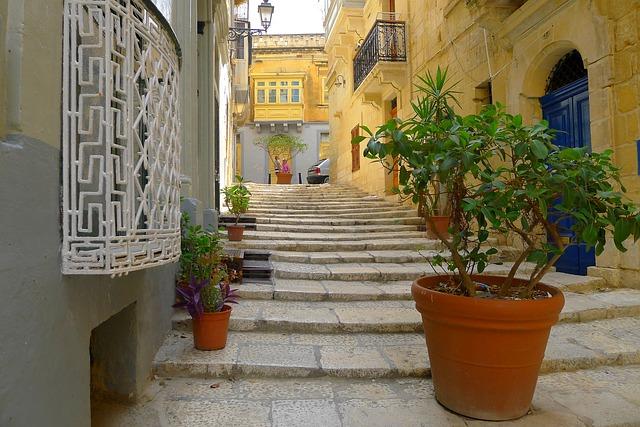 入国規制の更新を発表したマルタの首都Vallettaの裏通り