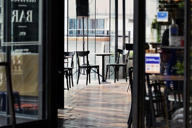 マルタの新型コロナウィルス感染拡大防止の規制強化の為に飲食スペースを一時的に閉めるカフェ