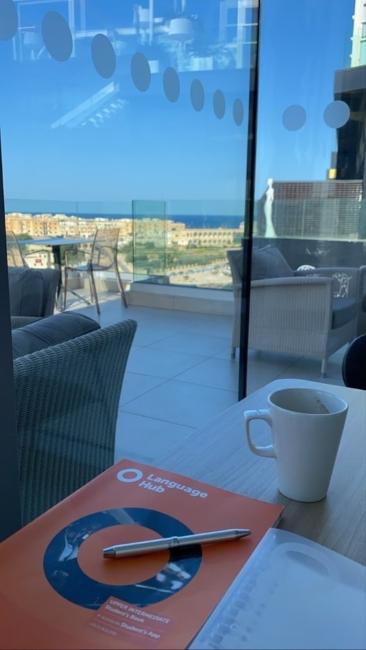 マルタ留学人気エリアSt Julian'sにあるホテル内カフェ