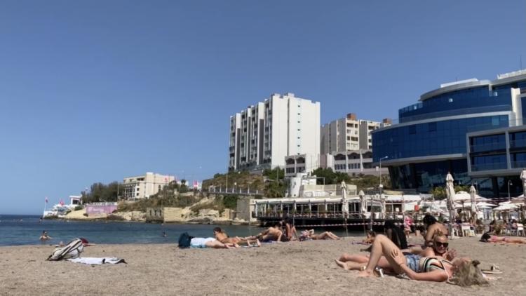 マルタで人気のビーチSt. George's Bay